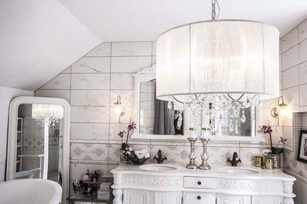chandelier in the bathroom, moderne lysekrone på bad #lysekrone #moderne #bad #badet #chandelier #white #hvit #krystall