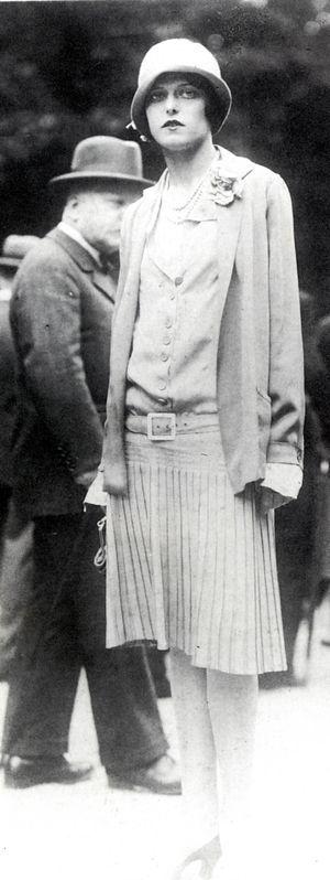 Coco Chanelle - Tailleur en jersey - taille basse - jupe plissée - chapeau cloche - v. 1925