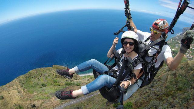 Asa delta e Parapente na Ilha da Madeira     Asa delta e Parapente na Ilha da Madeira  subindo ao longo da espectacular escarpa do Arco d...