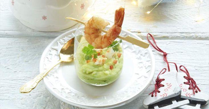 Aprende a preparar Vaso de patatas y guacamole con langostinos con las recetas de Nestle Cocina. Elabórala en casa con nuestro sencillo paso a paso. ¡Delicioso! #NestleCocina