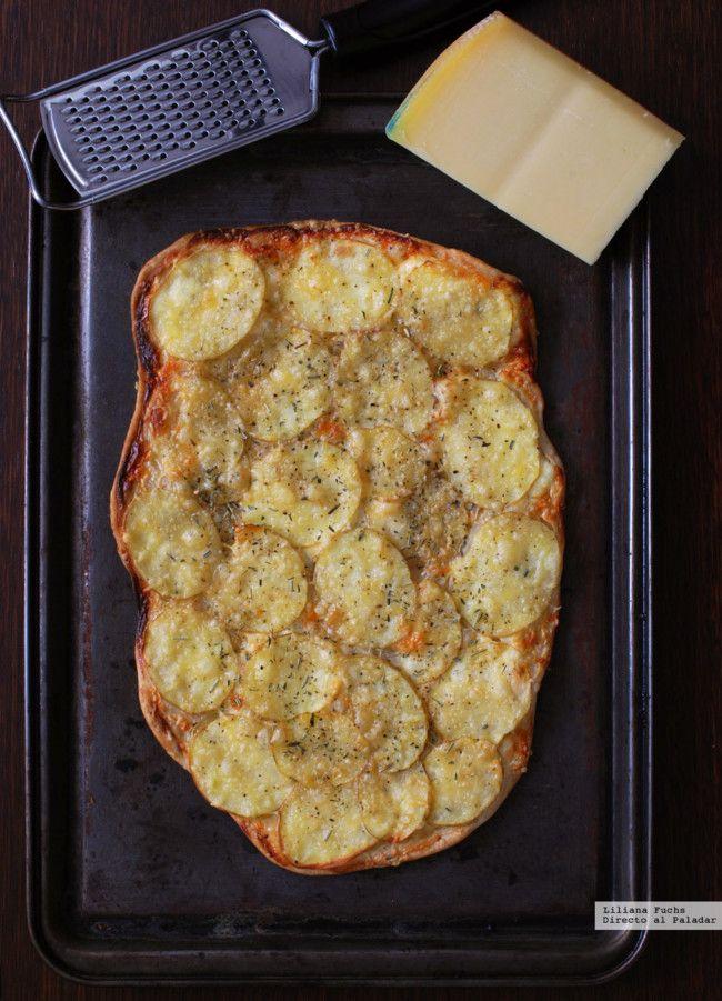 Flatbread o pan plano crujiente de patata, Gruyère y crema agria. Receta fácil y rápida
