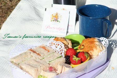 イギリスのアフタンーンティに欠かせないのがきゅうりのサンドイッチ。アフタヌーンティのスコーンとサンドイッチは ランチにピッタリ。フルーツもいっしょに。