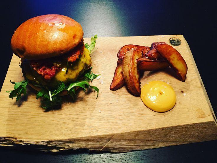 Feinsmecker Serverings-Planke og skærebrætter i egetræ håndlaves på mål efter dit eget ønske👌🏽🌳  Tak til Lars fra @mkcafe_randers for den lækre burger og de sprøde kartofler🙏🙏 #feinsmecker #serveringsplanke #skærerbræt #eg #egetræ #mkcafe