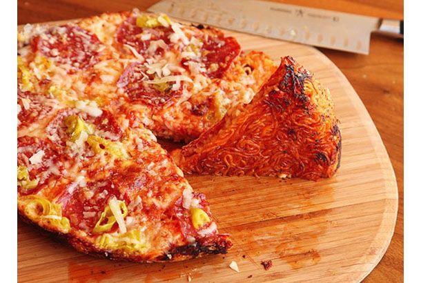 生地がラーメンでできたピザを作ってみよう | roomie(ルーミー)