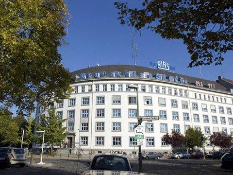 """Das RIAS-Funkhaus in der Kufsteiner Strasse - heute Sitz von Deutschlandradio Kultur. Der 7. Februar 1946 ist das Geburtsdatum des RIAS. Damals nahm er als DIAS, als """"Drahtfunk im amerikanischen Sektor"""" von Berlin, seine Sendung auf. Sieben Monate später, am 5. September 1946, verbreitete er erstmals sein Programm über einen Mittelwellensender. Aus dem DIAS wurde der """"Rundfunk im amerikanischen Sektor"""" - der RIAS."""