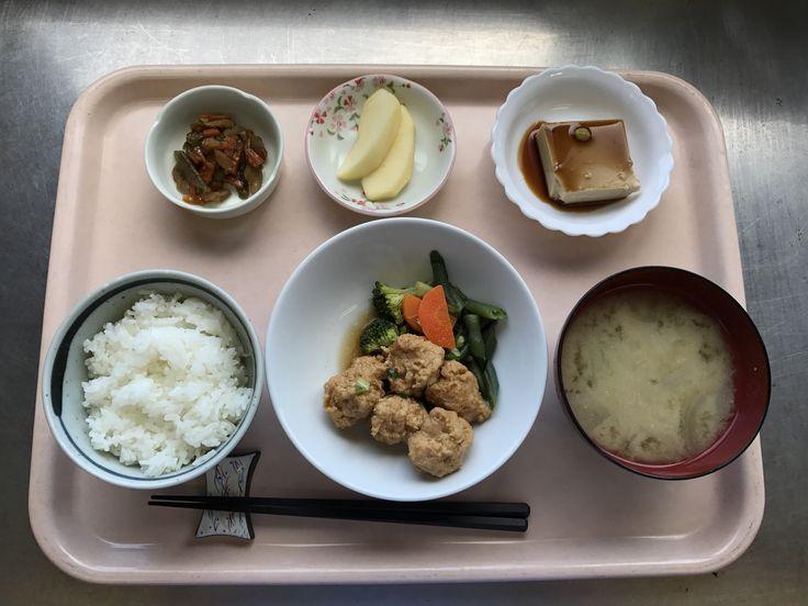 5月5日。鶏つくね甘辛煮、三色きんぴら、ごま豆腐、麩とタマネギの味噌汁、りんごでした!鶏つくね甘辛煮が特に美味しかったです!613カロリーです