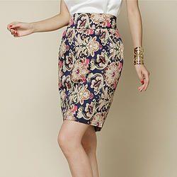 Cómo usar las faldas estampadas si tienes caderas anchas