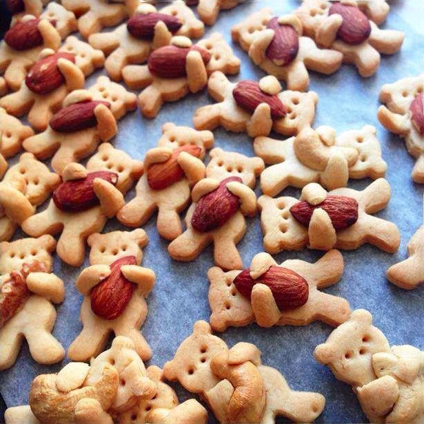 Upečte si chutných medvedíkov, objímajúcich mandle alebo oriešky. Zaujímavý nápad ako vylepšiť obyčajné sušienky. Inšpirujte sa obrázkovým návodom.