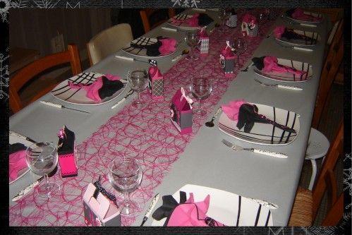 Aujourd'jui je voulais vous montrer la décoration de table que j'ai réalisé pour Halloween 2011. Encore une fois un thème particulier : la prohibition ! du coup j'ai eu envie d'une table en rose et noir ! Une nappe grise avec un chemin de table rose,...
