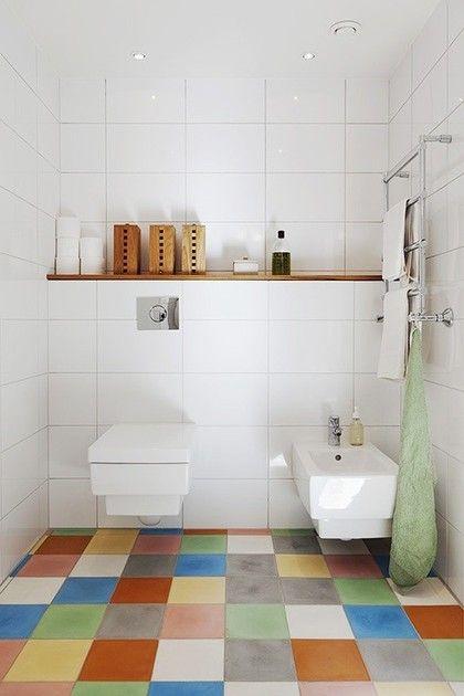 Kolorowa podłoga w łazience