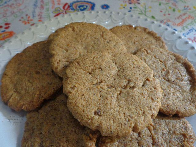 Estes poderiam ser simples cookies de manteiga de amendoim, mas são cookies veganos épicos, feitos com a tão aclamada Paçoquita Cremosa. Não há muito o que falar sobre essa receita tão maravilhosa, rápida e fácil de fazer. Os cookies vão bem no café da manhã, no lanche, na larica da madrugada, como presente pros amigos.