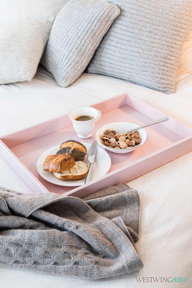 Der perfekte Sonntag? Bis Mittag im Bett bleiben und frühstücken! Und zwar vom Allerfeinsten: Das Geschirr von Wedgwood ist mit einem Platinrand verziert, der Relief-Teller passt perfekt zu den Strick Accessoires. Und das pastellfarbene Tablett hebt dezent den Kuschelfaktor.