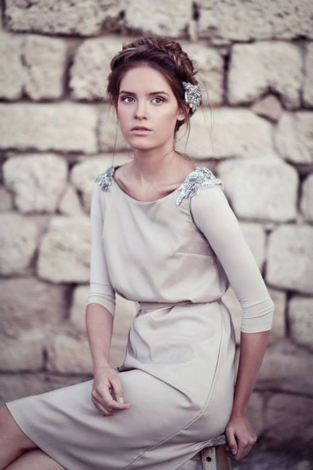 ヌーディーカラーにビジューが映える大人ドレス! 結婚式のお呼ばれドレスの参考例まとめ。