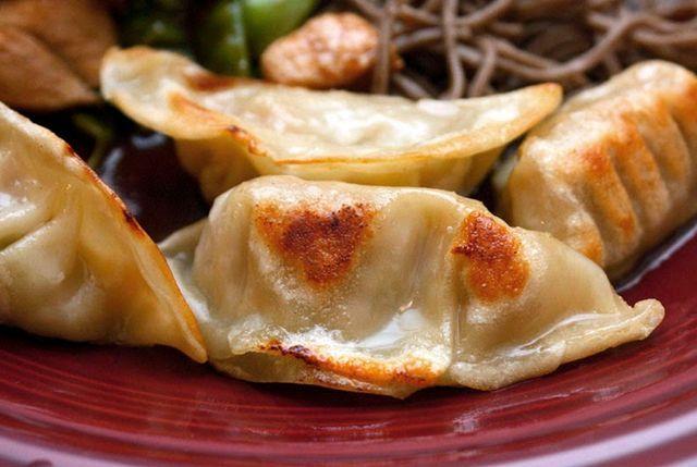 Gyoza - Empanadillas japonesas - Ingredientes: 1/3 de taza de col hervida 2 cucharas de Cebolleta 250 gr. de carne de cerdo picada 1 cucharilla de aceite de sésamo 1 cucharilla de azúcar 2 cucharas de