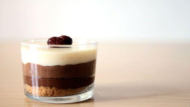 Receta de tarta de tres chocolates Las tartas son una receta ideal para cocinar con tus pequeños, por eso hoy os presentamos esta deliciosa tarta de tres chocol