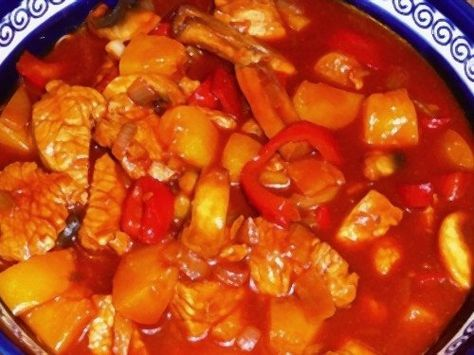 Voor 40-plussers gegarandeerd een bekende hap: pilav met kip en perzik. Een zoete hap welke vaak in de studentenkeukens werd gemaakt. Tijd om dit weer eens op tafel te zetten.Pilav kip -  - kipfilet, perzik op sap, tomatenpuree (klein), uien (middelgroot), knoflooktenen, ketjap (zoet), water, paprikapoeder, maizena, peper, zout, basterdsuiker, rijst, paprika (rood), Bereid