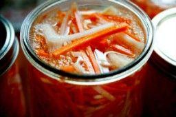 МОРКОВЬ МАРИНОВАННАЯ    Маринованная морковь пригодится везде. Е можно добавлять в салаты, в супы, и другие блюда.