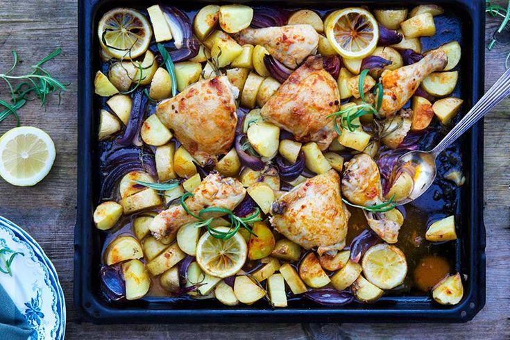 Chicken tray bake with rosemary, lemon and potatoes recipe in english at the bottom of this page 👇🏾 Trenger du en lettlaget oppskrift med mye smak? Da må du prøve denne her! Å lage langpanner med kylling , hvitløk, sitron og urter er en klassiker fra Middelhavsområdet. Vi spiste kylling og potet langpannen med sitron og ...