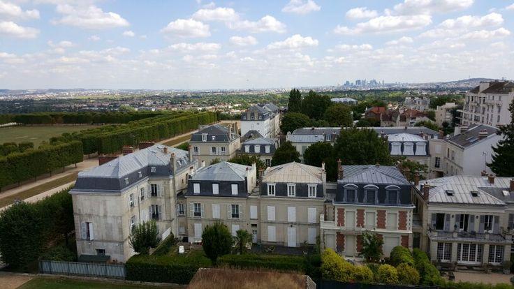 La Défense depuis les toits du château de Saint-Germain-en-Laye abritant le musée d'Archéologie nationale.