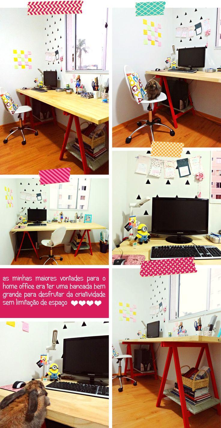 Um home office que é a a cara do Remobília, com mesa de cavalete, adesivo de triangulo na parede e muita coisa fofa