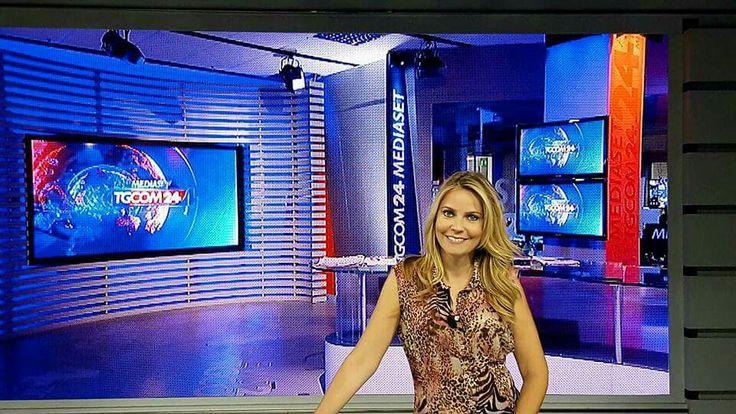 TGcom24.Ma la vera notizia è Mauro Franchi. Belissima Alessandra Viero vestita in Mauro Franchi presenta il Telegiornale di Mediaset.