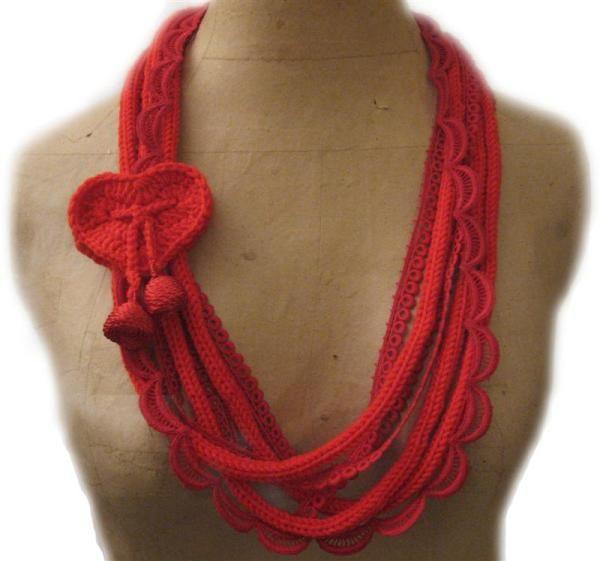 Una collana per San Valentino. Ecco cosa ho utilizzato e come l'ho fatta: COSA – lana – passamaneria vintage in macramé di cotone – bottoni anni '60 in cordoncino di s…