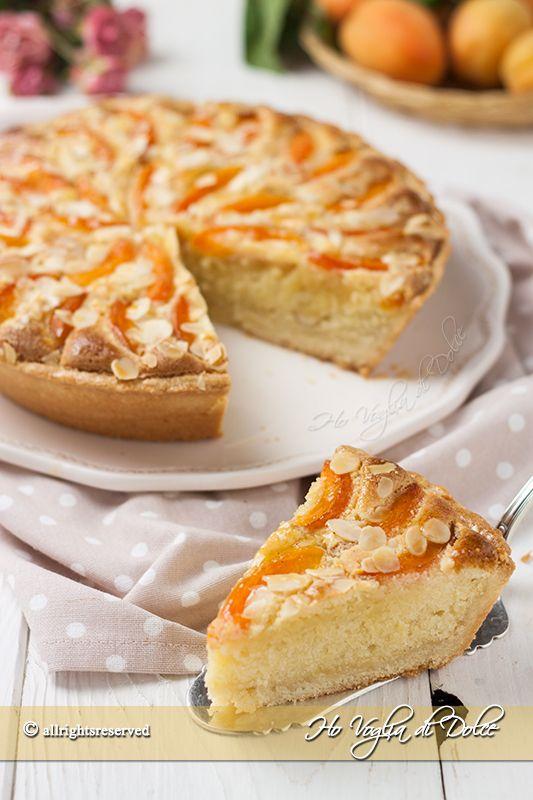Crostata con crema frangipane e albicocche, una torta perfetta per la colazione e la merenda estiva. Una crostata ricca e gustosa e dal gusto particolare.