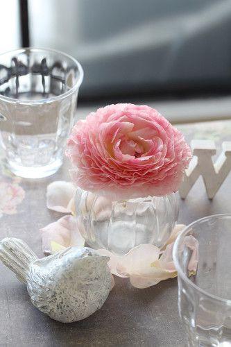 フリルのような花びらのラナンキュラスは一輪でも存在感大。 石像のようにも見える鳥の形のキャンドルをアクセントとして一緒にディスプレイ。