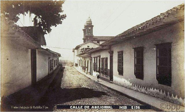 Calle de Abejorral, al fondo la Iglesia de San Antonio. Gonzalo Escovar  Fotógrafo: Benjamín de la Calle  ©Biblioteca Pública Piloto de Medellín para América Latina