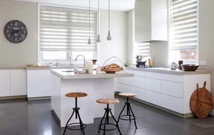 idee hoek om keuken met eiland, naar tuin kijken om af te wassen