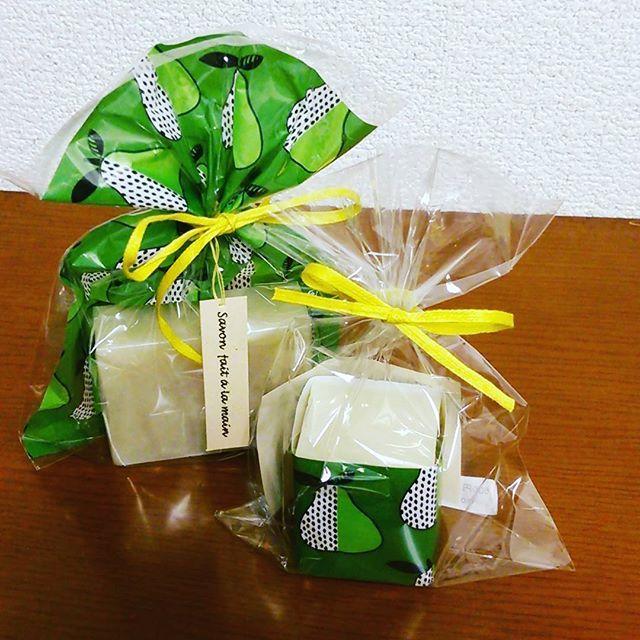 乾燥の季節…やってきましたね… アボカドオイルの石けんでしっとりスベスベのお肌になりましょ~💖💗💖 . .  2サイズあり。 ハロウィンラッピングもあります🎃🎃 . .  100%天然素材で手作り💞💕せっけんマイスターShiiさんの作品です。  #Shii #手作り石けん #soap #石けんマイスター #委託販売 #ハンドメイド #がまぐち #がま口 #刺し子 #カルトナージュ #ポストカード #ご祝儀袋 #和風 #kawaii #Tokyo #kagurazaka #paris #france #ぴたりと #神楽坂 #飯田橋 #せっけん