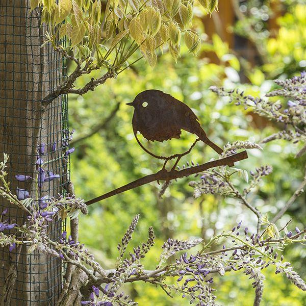 Roodborstjes zien we vaak vliegen. Maar wat dacht je van een metalen vogelsilhouet van deze kleine deugniet? Bekijk hem nu in onze webshop!
