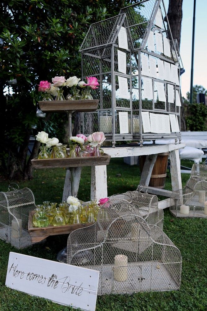 Tableaux de mariage made with cage, flowers to decorate on cake stand