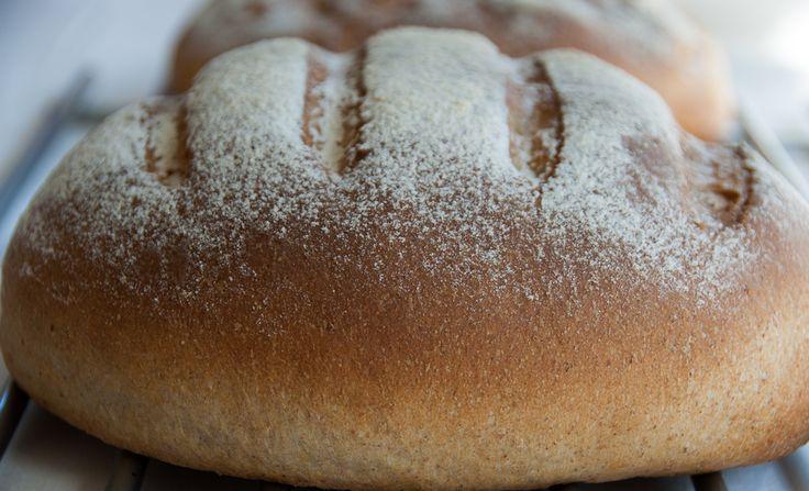 Babciny chleb pszenny na maślance jest bardzo miękki, elastyczny a dzięki maślance ma lekko kwaśny smak. Przepis dla tych, którzy lubią chleby na zakwasie ale brak im czasu.
