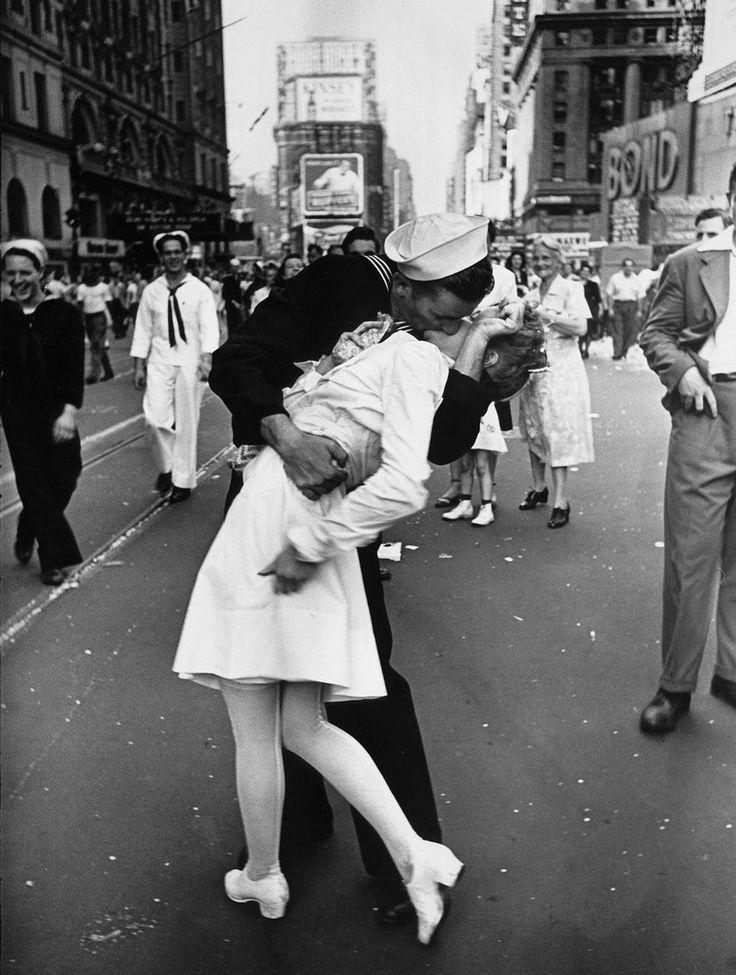 Un marinaio bacia un'infermiera al Times Square di New York. Questa foto è diventata il simbolo della fine della Seconda Guerra Mondiale, 1945. Alfred Eisenstaedt