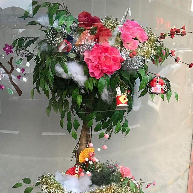 【fukupii8】さんのInstagramをピンしています。 《銀行のショーウィンドウに飾られてました(*^o^*)可愛いかったので😍🌸🌼✨✨ #新しい年#ショーウィンドウ#飾り#花#木#葉っぱ#迎春#縁起物 #縁起がいい #桜#薔薇#綿#獅子舞#風呂敷#ガラスケースの中#リース#扇#末広がり#繁栄#白#ピンク#玉#オレンジ#赤》