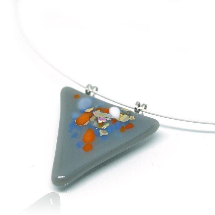 Szinte bármihez viselheted... #nyiriandrea #fusingglass #jewelrymaker #jewelry #jewelerydesigner #grey #pendant #necklace