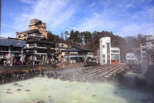 """【東京魅力】草津溫泉  草津溫泉是日本三大名泉(另兩個是有馬溫泉和下呂溫泉)之一,江戶時代在溫泉排名中也是第一名,自古以來就是代表日本的名泉之一。據說大約1300年前開始利用,受到了源賴朝、小林一茶等很多名人的喜愛。  擁有充沛的泉水量和自然湧出量,泉水溫度屬於高溫。當地名為""""揉湯""""的傳統習俗很有名,就是合唱著""""草津節""""用木板攪動浴池,其實這是為避免使用溫度過高的源泉水,要讓水溫自然下降而想出的辦法。草津有6個源泉,其中""""湯田""""最為有名,安裝有把湧出的源泉水接入木桶中,使高溫泉水自然冷卻的裝置。  資料來源:http://www.japan-i.jp/cht/index.html"""