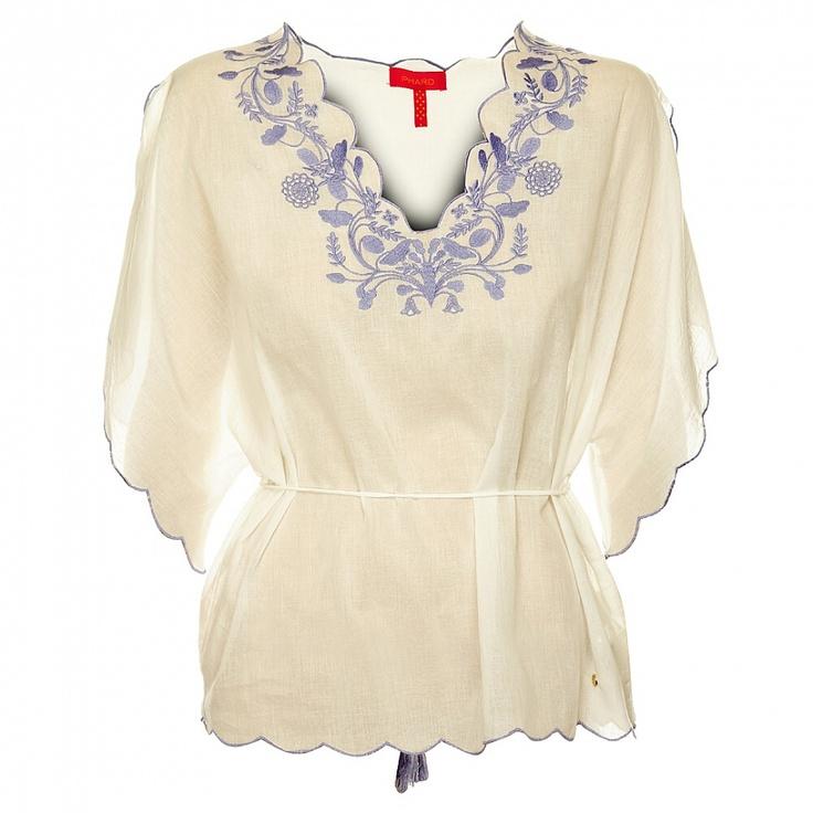 Bílá košile s výšivkou ve stylu 70. let. Folklórní motiv má romantický nádech.