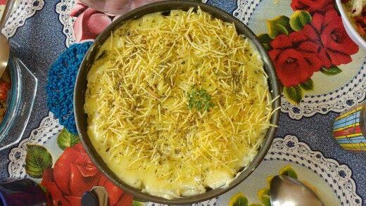 Massinha comestível Kkk [molho 1: tomates, alho, cebola, lentilhas, alecrim; molho 2: manteiga, cebola, alho, amido de milho, leite, creme de leite; macarrão parafuso, queijo muçarela, queijo de qualho, batata palha, orégano] ♡ niver da mamãe ♡