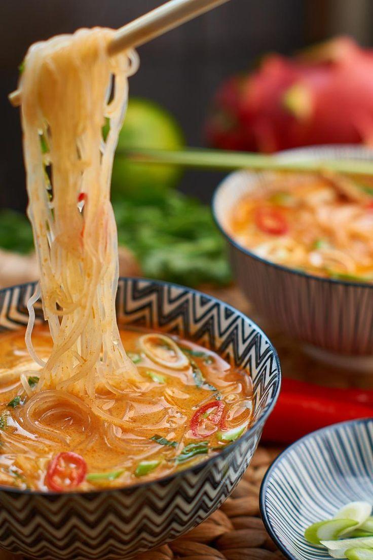 Rote Thai Curry Suppe mit gekochtem Hühnerfleisch Wenn man Hühnerfleisch…
