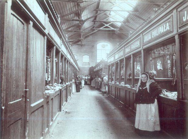 Wnętrze Hali Targowej w Podgórzu, ok. 1913 r. Widać stoiska z mięsem