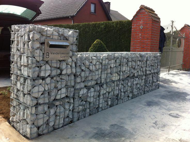 schanskorfbrievenbus opgesteld in een lange muur