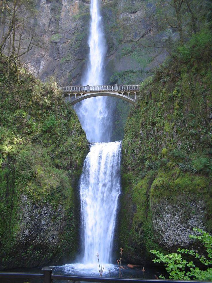 La plus haute chute d'eau de l'Etat d'Oregon, Multnomah Falls vue du bas -
