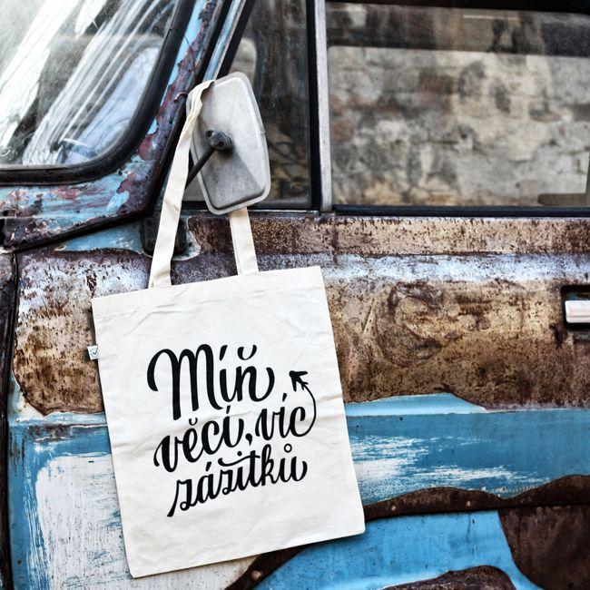 Koupí této tašky můžeš podpořit mojí tvorbu, etickou módu a můžeš dát najevo, že se raději topíš v zážitcích, než-li ve věcech.