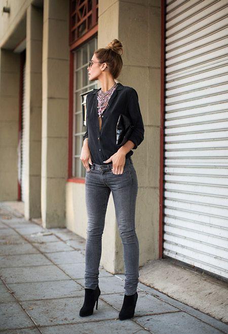 Девушка в серых джинсах и черной блузке