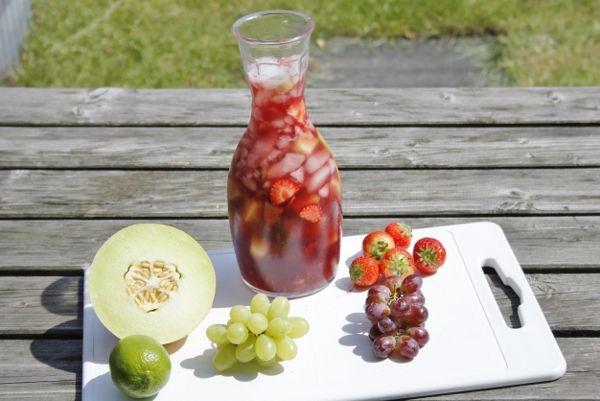 Deze Sangria zit niet alleen vol fruit zoals limoen, citroen, druiven en meloen in. Daarnaast zit er ook aardbeien en Licor 43 in.
