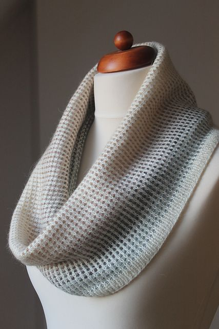 This has an interesting knitting pattern! it uses a solid yarn and a gradient one. They are put together to create a grid. Ravelry: Gradient Cowl pattern by Anna Stasiak. |simple, moders, cool