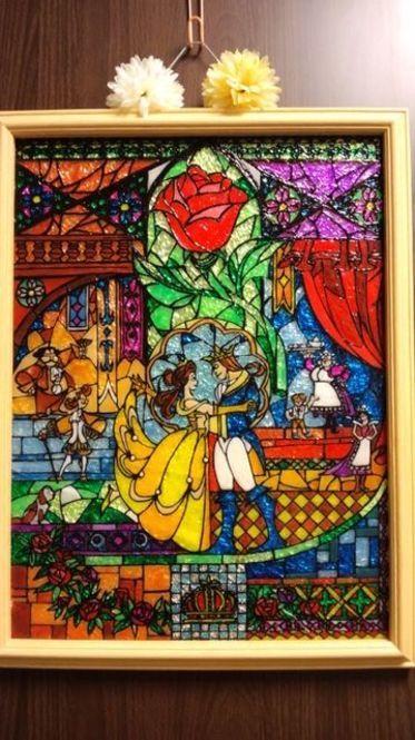 美女と野獣のイラストをガラス絵の具で…こんな素敵な作品が100均の材料でできてるとは思わないですよね!