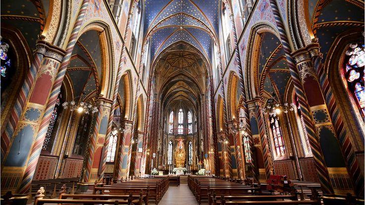"""Innenansicht der St. Marien Basilika in Kevelaer -Geschätzt eine Million Wallfahrer pilgern jährlich zum Marienbild, 1987 sogar Papst Johannes Paul II. Dabei ist das Bild kleiner als eine Postkarte. Zu sehen ist die Gottesmutter von Luxemburg, die """"Trösterin der Betrübten""""; im Hintergrund Luxemburgs Stadtsilhouette."""